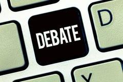 Słowa writing teksta debata Biznesowy pojęcie dla formalnej dyskusi na szczególe w spotkaniu lub zgromadzeniu ustawodawczym obraz royalty free