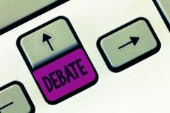 Słowa writing teksta debata Biznesowy pojęcie dla formalnej dyskusi na szczególe w spotkaniu lub zgromadzeniu ustawodawczym zdjęcia royalty free