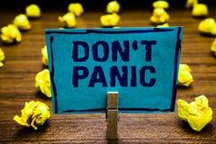 Słowa writing teksta Don t nie panika Biznesowy pojęcie dla nagłego silnego uczucia strach zapobiega rozsądnego myśli Clothespin  zdjęcia royalty free