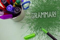 Słowa writing teksta gramatyki Motywacyjny wezwanie Biznesowy pojęcie dla systemu i struktury języka Writing reguł Drapający stół zdjęcie stock