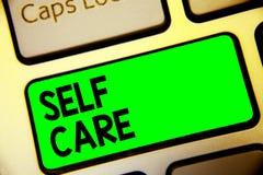 Słowa writing teksta jaźni opieka Biznesowy pojęcie dla Dawać wygody twój swój ciało bez fachowego konsultant klawiatury zieleni  zdjęcia royalty free