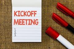 Słowa writing teksta Kickoff spotkanie Biznesowy pojęcie dla Specjalnej dyskusi na legalność wymagać w projekcie fotografia stock