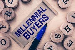 Słowa writing teksta Millennial nabywcy Biznesowy pojęcie dla typ konsumenci które są zainteresowani w wykazywać tendencję produk zdjęcia stock