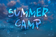 Słowa writing teksta obóz letni Biznesowy pojęcie dla Doglądałem programa dla dzieciaków i nastolatków podczas lata Chmurny jaskr ilustracji