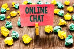 Słowa writing teksta Online gadka Biznesowy pojęcie dla opowiadać z przyjacielem lub someone przez Clothespin holdin interneta i  zdjęcia royalty free