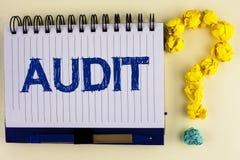 Słowa writing teksta rewizja Biznesowy pojęcie dla Lokalnych firma audytorów wykonuje ich pieniężnego dochodzenie dorocznie pisać fotografia stock