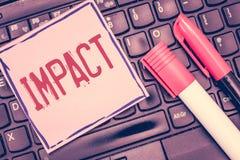 Słowa writing teksta wpływ Biznesowy pojęcie dla akci jeden przedmiot przychodzi siłą w kontakt z inny obrazy stock