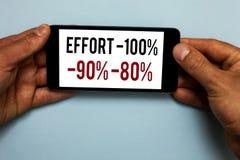 Słowa writing teksta wysiłek 100 90 80 Biznesowy pojęcie dla pozioma determinaci dyscypliny motywaci ręki chwyta Ludzki smartphon zdjęcie stock