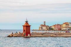 Słowenia piran Sierpień 26, 2012 Piękny widok wybrzeże z latarnią morską i zatoką przy świtem Obraz Stock