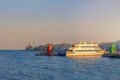 Słowenia piran Sierpień 26, 2012 Piękny widok wybrzeże z latarnią morską i zatoką przy świtem Prom Dora, odtransportowywa peo Zdjęcia Stock