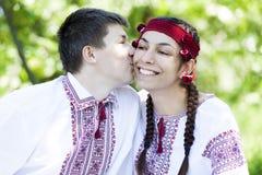 Słowiańska dziewczyna i przy naturą potomstwa cossack. Fotografia Royalty Free