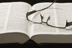 Słownik i szkła Zdjęcia Royalty Free