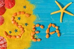 Słowo «morze «rozkłada od pomarańczowych kamieni na koloru tle obrazy stock