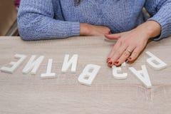 Słowo «rozwój «rozkładał w drewnianych listach na stole obrazy stock