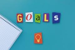 Słowo cele na błękitnym tle Wpisowi cele rzeźbiący listy od gazety Słowo pisze tekscie pokazuje pojęcie cel obrazy stock
