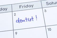 Słowo dentysta pisać na kalendarzowej stronie Zdjęcie Royalty Free
