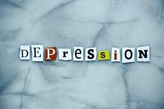 Słowo depresja cięcie listy na szarym tle Słowo pisze tekscie pokazuje depresję Abstrakt karta z inskrypcją na gr fotografia stock