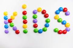 Słowo dzieciaki kształtował kolorowymi cegieł dzieci zabawkami fotografia stock