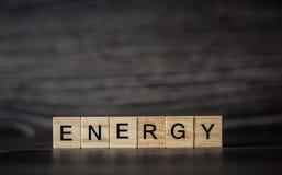 Słowo energia, składać się z lekcy drewniani kwadratowi panel na d zdjęcia stock
