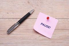 Słowo fermata na różowej kleistej notatce zdjęcie royalty free