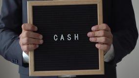 Słowo gotówka od listów na tekst desce w Anonimowych biznesmen rękach zbiory wideo