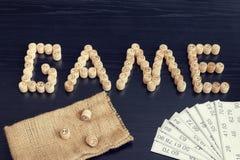Słowo gra od drewnianych baryłek i kart Czarny drewniany stół Zdjęcia Stock