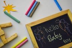 Słowo &-x22; Hello&-x22; pisać na blackboard z kolorową kredą obrazy stock