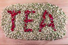 Słowo herbata robić czerwieni róża pączkuje w stosie jaśminowi kwiatów pączki Kwiat herbaciana mieszanka Fotografia Stock