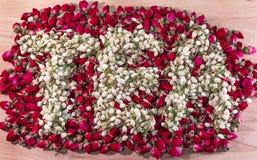 Słowo herbata robić wysuszeni jaśminowi kwiatów pączki nad stosem czerwieni róża pączkuje Zdjęcie Stock