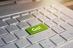 Słowo iść pisze na komputerowym klawiaturowym kluczu zielonym guziku lub, koloru guzik na szarej srebnej klawiaturze nowożytny ul zdjęcie royalty free