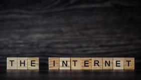 Słowo internet, składać się z lekcy drewniani kwadratowi panel obrazy royalty free
