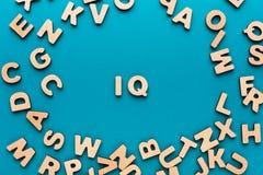 Słowo IQ w drewnianej list ramie obrazy stock