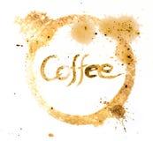Słowo kawa pisać z kawowym atramentem w cofee filiżanki okręgu plamie Fotografia Royalty Free