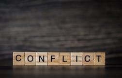 Słowo konflikt, składać się z lekcy drewniani kwadratowi panel na a zdjęcie royalty free