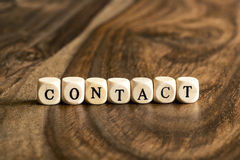 Słowo kontakt na drewnianych sześcianach obrazy royalty free
