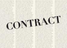 Słowo kontrakt pisać i podkreślający przed zamazanymi tekst kolumnami na tle jasnożółty kolor ilustracja wektor