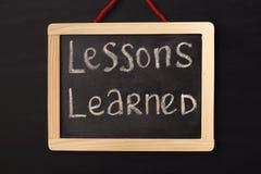 Słowo lekcje uczyli się piszą na miniaturowym chalkboard zdjęcie stock
