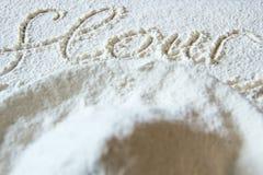 Słowo mąka pisać w mące na drewnie zdjęcia stock