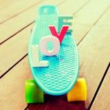 Słowo miłość na błękitnej cent desce Zdjęcia Royalty Free