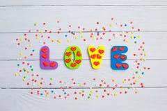 Słowo miłość na drewnianym tła zbliżeniu Pojęcie dla walentynka dnia tła zdjęcia royalty free