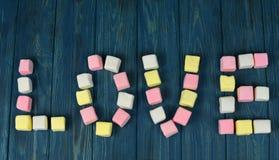 Słowo miłość od słodkiego stubarwnego marshmallow Fotografia Stock