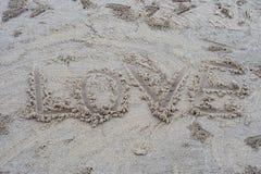 Słowo miłość pisze na plaży obraz stock