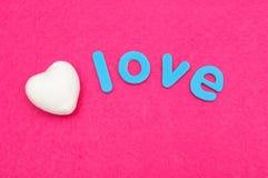 Słowo miłość z białym polistyrenowym sercem Obrazy Stock