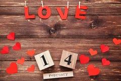 Słowo miłość z papierowymi sercami fotografia stock