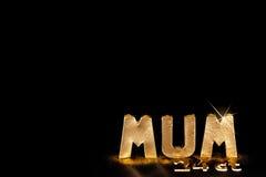 Słowo MUM w złocistej sztaby listach Czarny tło kopii spac Zdjęcie Royalty Free