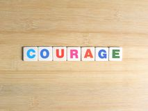 Słowo odwaga na drewnianym tle ilustracja wektor