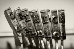 Słowo opinia z starymi typwriter kluczami zdjęcia royalty free