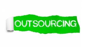 Słowo outsourcing pojawiać się za zieleń drzejącym papierem ilustracja wektor