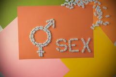 Słowo płeć z kapsułami i pigułkami z traktowaniami dla wyprężającego dysfunkcja Zdjęcia Royalty Free