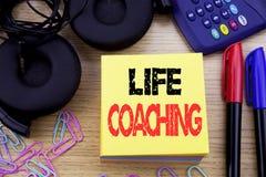 Słowo, pisze życia trenowaniu Biznesowy pojęcie dla ogłoszenie towarzyskie trenera pomocy pisać na kleistym nutowym papierze na d obraz stock